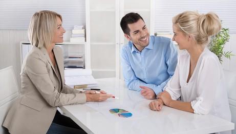Makler und Kunden im Büro